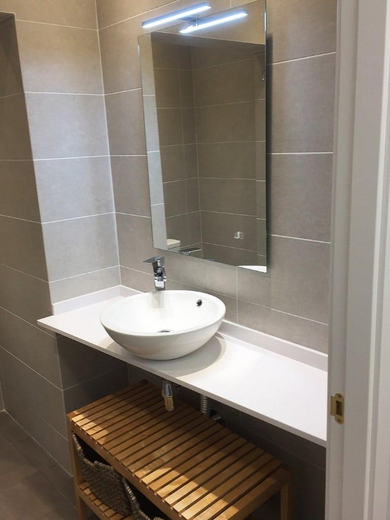 Reforma de baño con plato de ducha y bañera en Barcelona